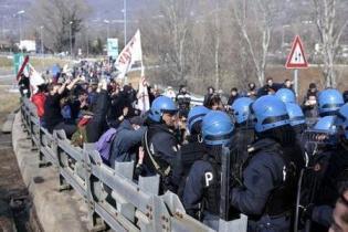 18479863_la-polizia-entra-in-azione-contro-no-tav-in-val-di-susa-0